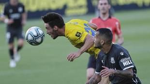 Iza le gana un balón aéreo a Stoichkov, el goleador del Alcorcón en...