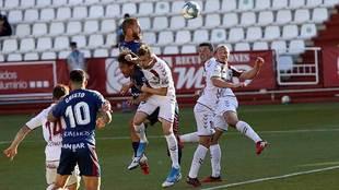 Pulido se impone en el área del Huesca en un balón aéreo entre...