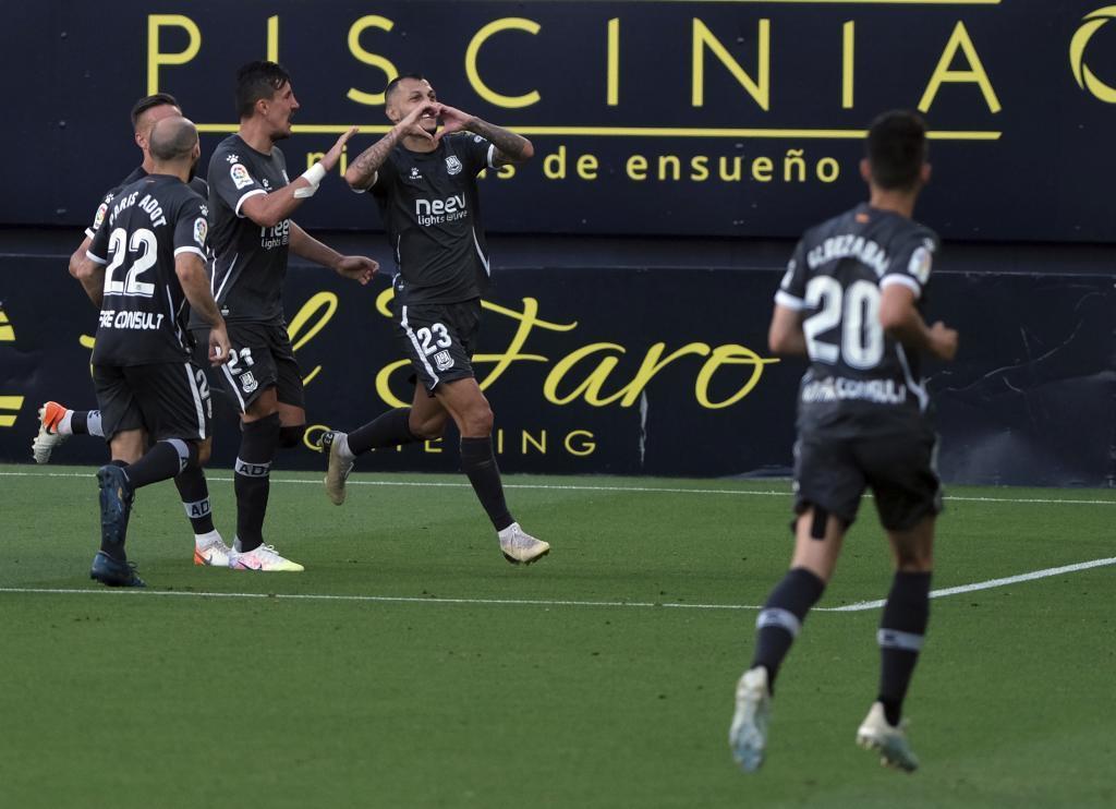 Stoichkov celebra con sus compañeros del gol del Alcorcón en el...