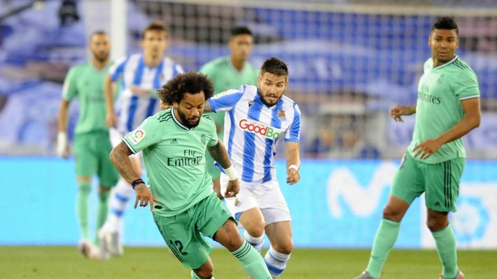Casemiro observa una acción entre Marcelo y Portu.