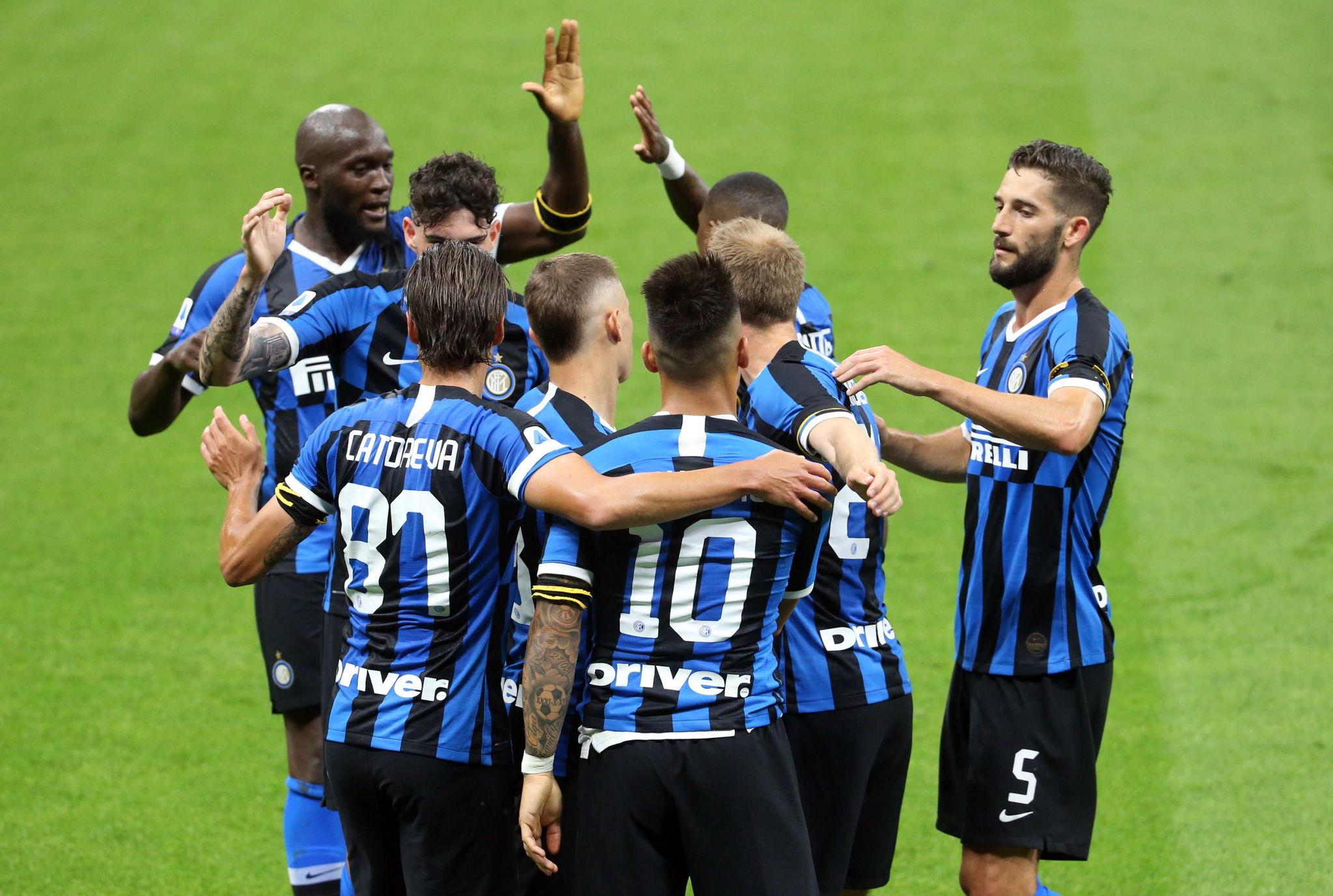 Milan (Italy), 21/06/2020.- Inter Milans lt;HIT gt;Lautaro lt;/HIT gt; lt;HIT gt;Martinez lt;/HIT gt; celebrates with his teammates after scoring the 2-0 goal during the Italian serie A soccer match FC Inter vs UC Sampdoria in Milan, Italy, 21 June 2020. (Italia) EFE/EPA/MATTEO BAZZI