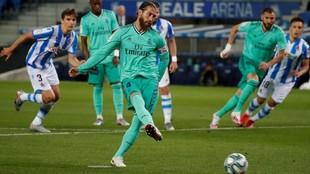Ramos, ejecutando el penalti que marcó ante la Real.