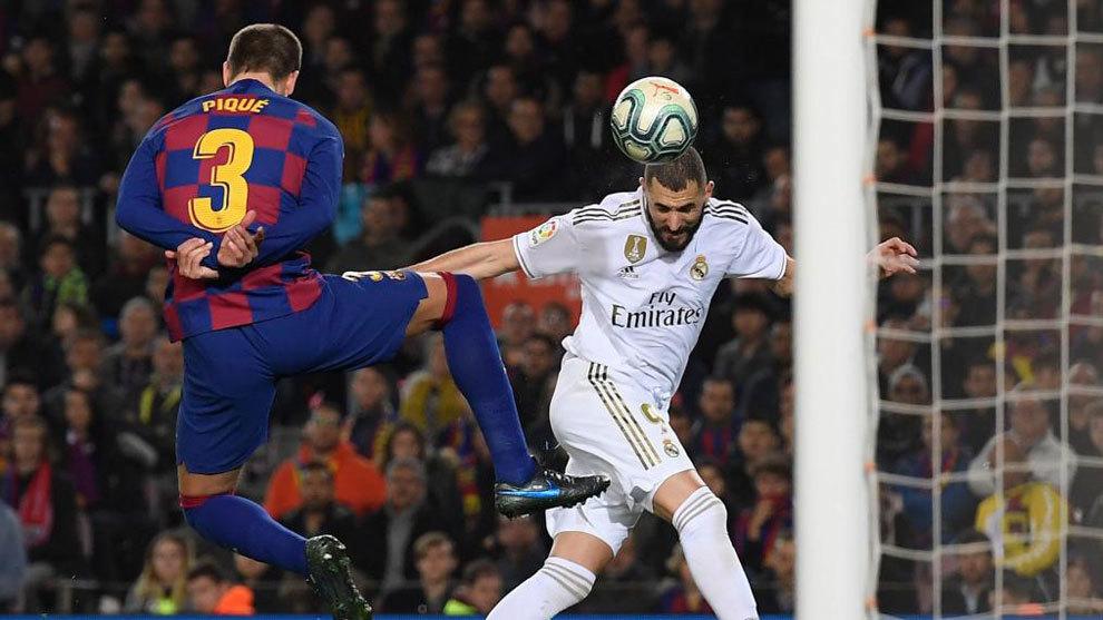 Benzema y Piqué, durante el Clásico de ida de esta temporada