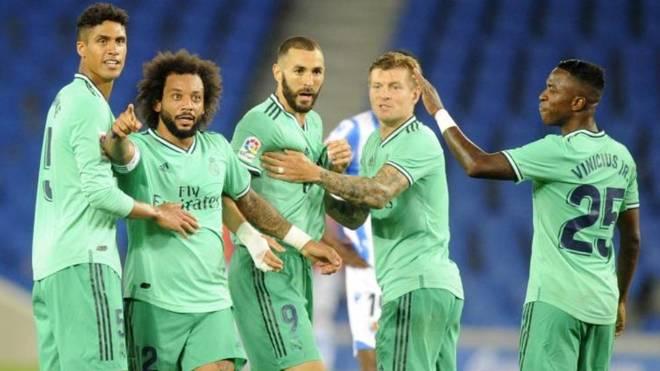 Los jugadores del Real Madrid, tras el gol de Benzema.