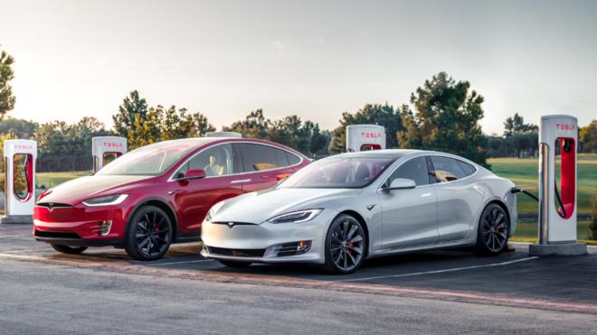 Un Model S y un Model X en una estación de recarga Supercharger de...