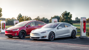 Un Model S y un Model X en una estación de recarga Supercharger de...
