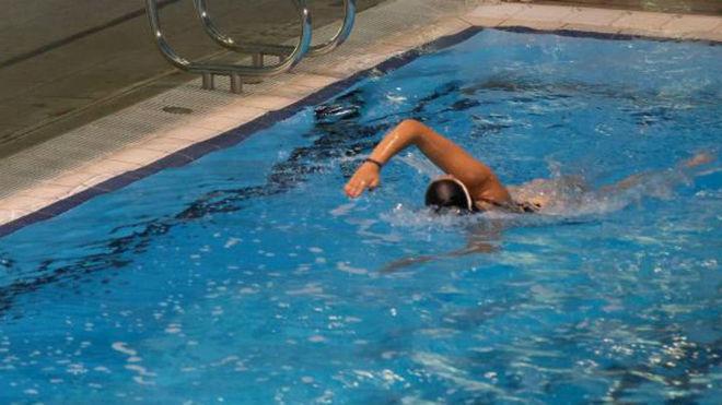 Imagen de una nadadora en una piscina.
