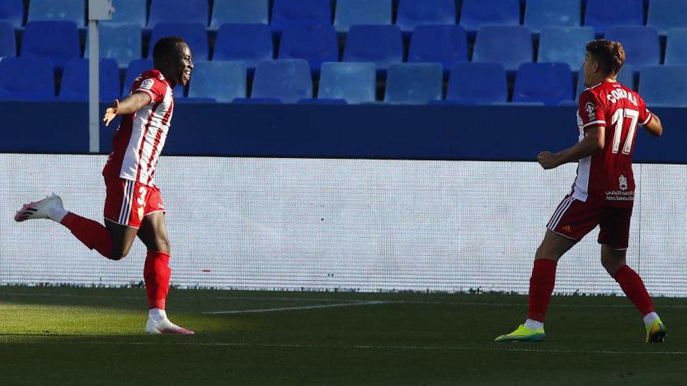 Appiah celebra su gol con el Almería