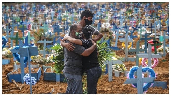 Una familia se abraza en un cementerio de Brasil.