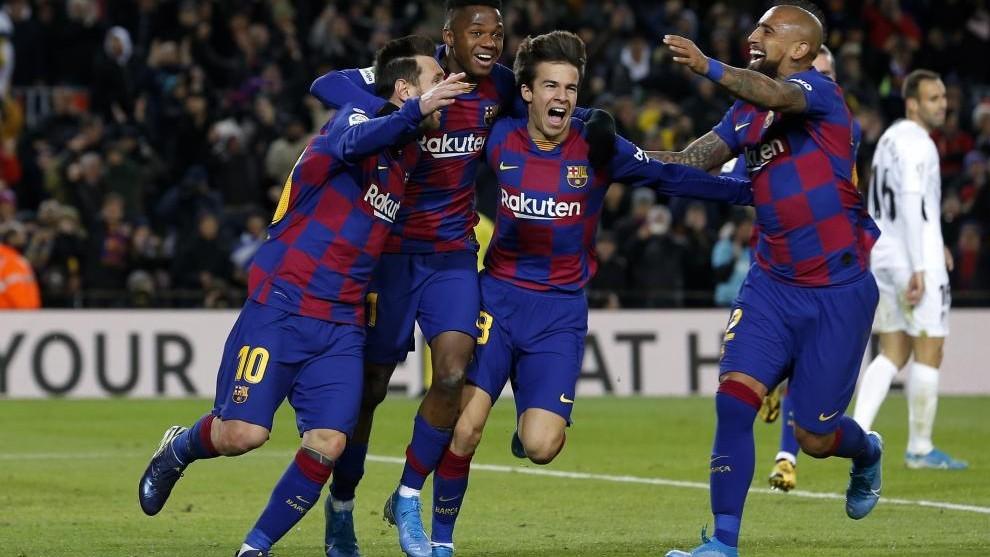Riqui Puig celebra un gol con varios jugadores del Barcelona.
