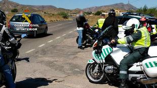 Varios motoristas son identificados en un control de la Guardia Civil.