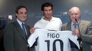Florentino Pérez, en la presentación de Luis Figo, al lado de...
