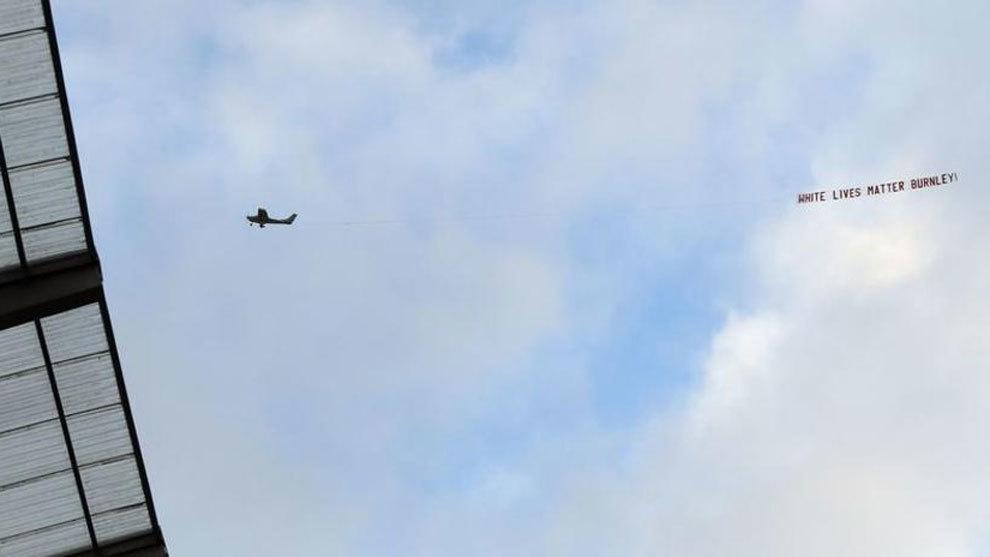 Una avioneta muestra un mensaje racista durante el City-Burnley