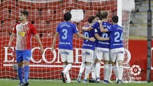 Los jugadores del Oviedo celebran el tanto de Borja Sánchez.