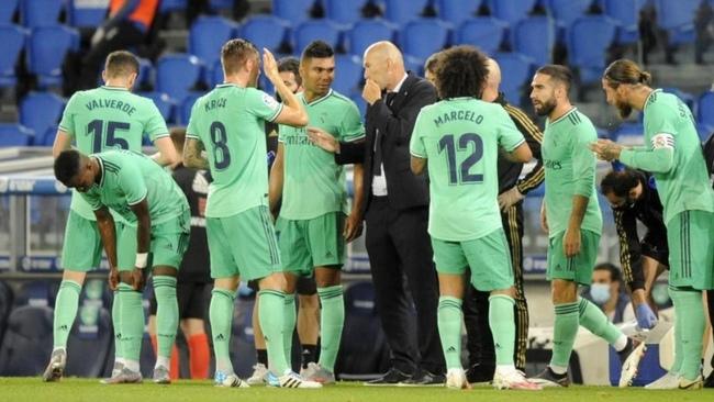 Zidane da instrucciones durante una de las pausas del Real...