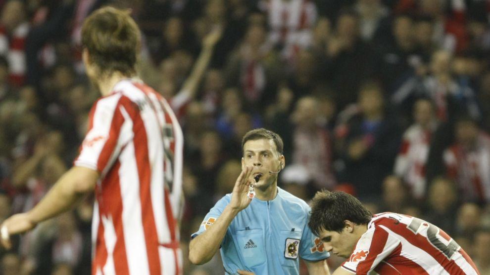 González Vázquez, nacido en Francfort, pitando un duelo del Athletic...