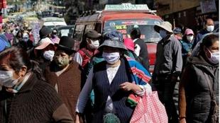 Ciudadanos bolivianos protegidos por las mascarillas.