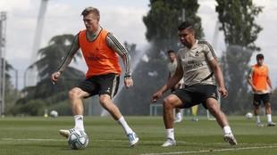 Kroos y Casemiro, durante un entrenamiento del Madrid en Valdebebas