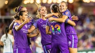 Las jugadoras de Orlando Pride se abrazan tras marcar un gol la...