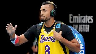 Kyrgios, con una camiseta de los Lakers