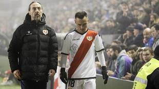 Álvaro García, tras ser sustituido durante un partido en Vallecas