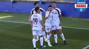 Dani Ojeda (21) celebra con Maikel Mesa (24) y otros compañeros su...