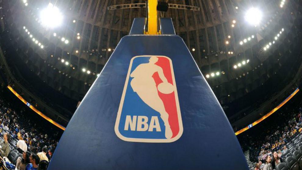 El logo de la NBA en el soporte de una canasta.