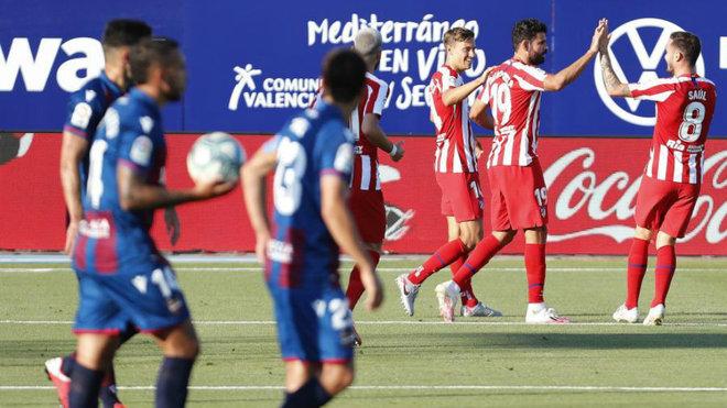 Jugadores del Levante con el balón tras marcar Diego Costa para el...