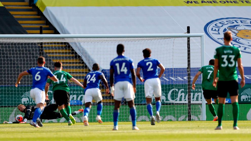 Schmeichel detiene el lanzamiento de penalti que hubiera puesto al...