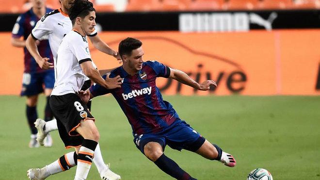 Vukcevic pelea un balón en el derbi con el Valencia jugado en...