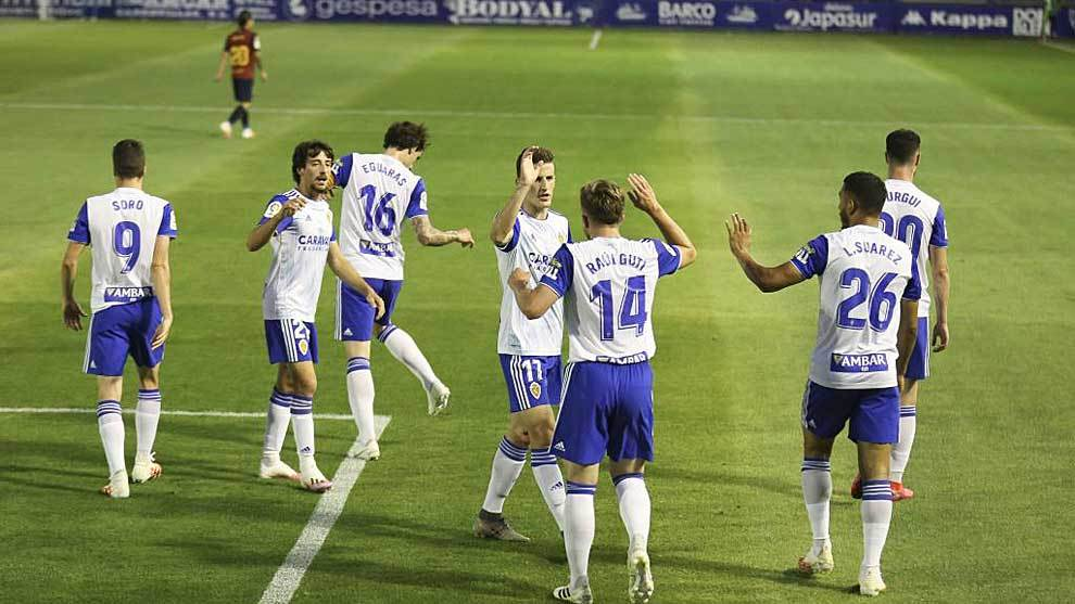 Los jugadores del Zaragoza celebran con Raúl Guti el gol del empate
