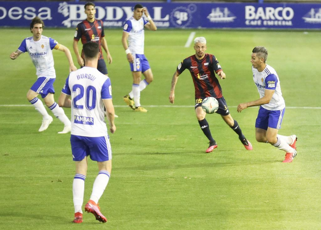 Dani Torres intenta controlar el balón ante  Cristian Rodríguez
