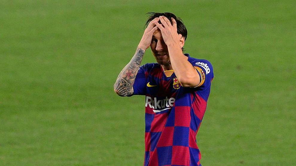 El jugador del Barcelona Leo Messi se lamenta de una ocasión fallada...