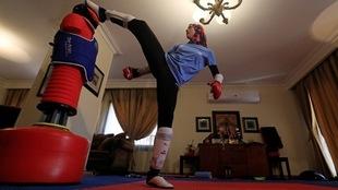 Hedaya Malak Wahba, taekwondoina egipcia entrenando en casa en el Día...