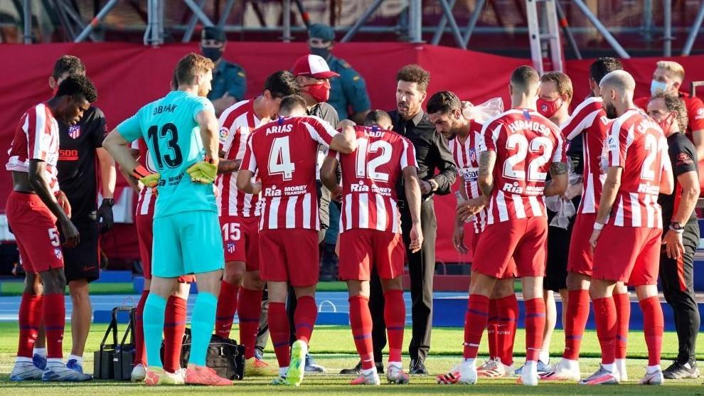 Simeone da instrucciones a sus jugadores ante el Levante.