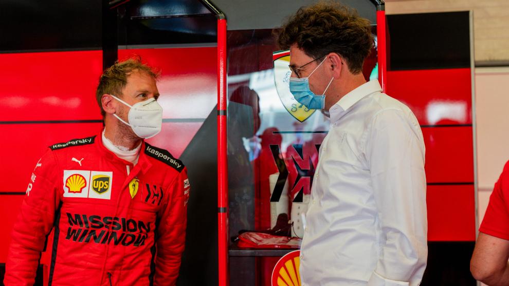 Vettel habla con Binoto.