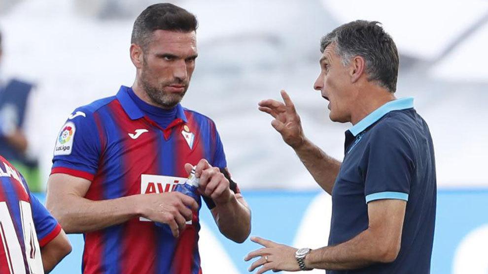 Arbilla recibe instrucciones de Mendilibar durante un partido