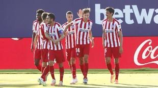 Los jugadores del Atlético celebran el gol ante el Levante.