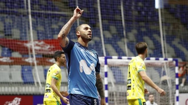 Un jugador del Movistar Inter celebra ante el Jaén Paraíso Interior.
