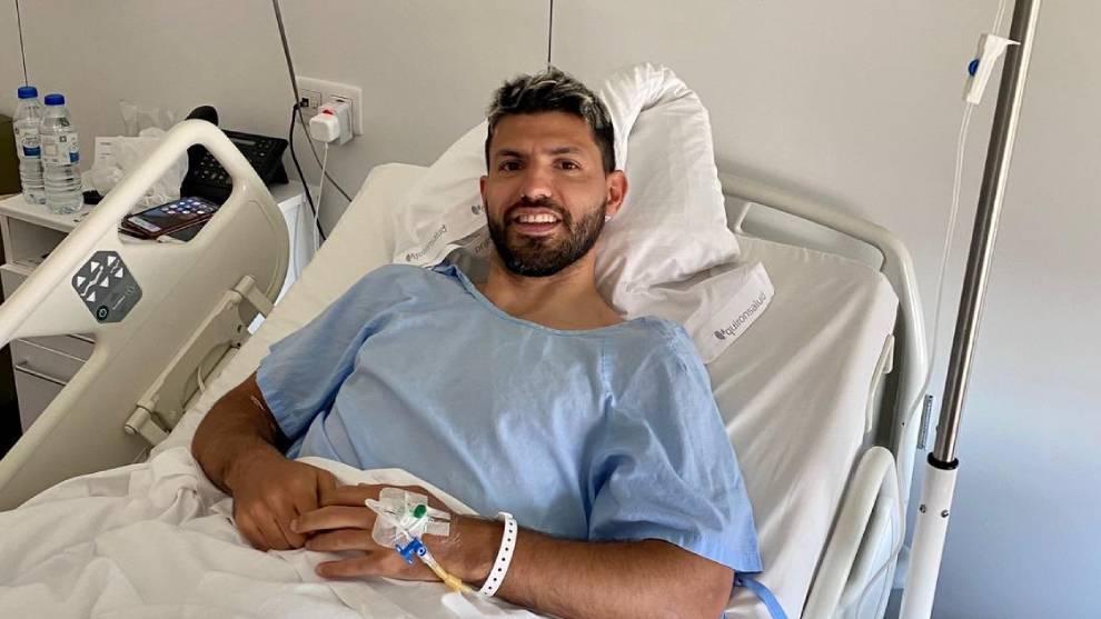 El Kun Agüero tras ser operado esta mañana en Barcelona