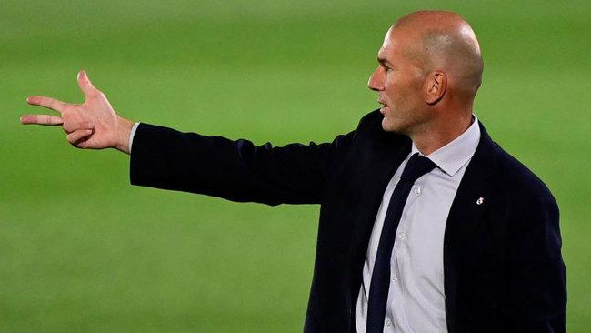 El entrenador del Real Madrid, dando instrucciones.