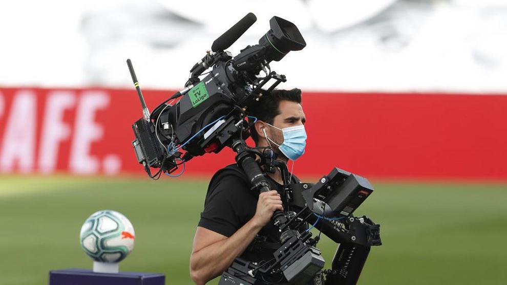 Un cámara de televisión en el Madrid-Eibar