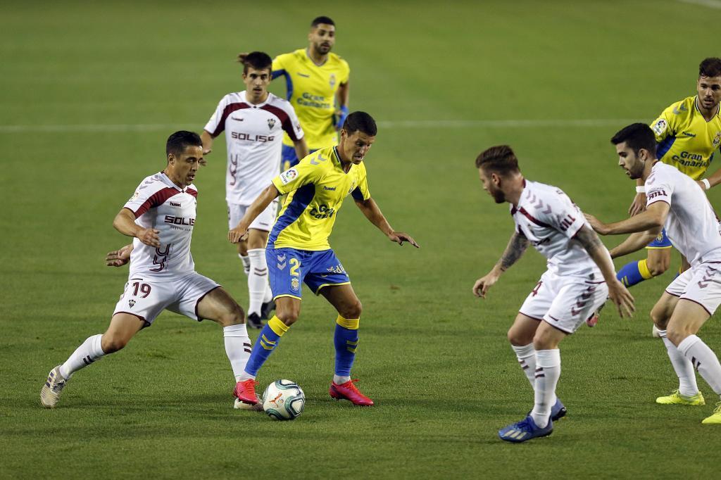 Srnic rodeado por jugadores del Albacete en el Carlos Belmonte