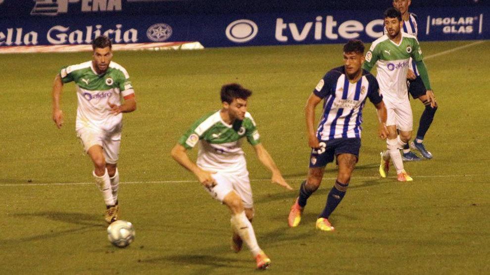 Una acción del partido entre Ponferradina y Racing en El Toralín