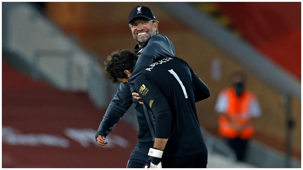 El entrenador del Liverpool, Jurgen Klopp, con Alisson.