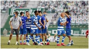 Hugo Vallejo celebra la victoria contra el Elche con sus compañeros...