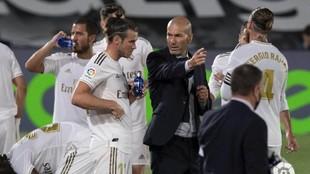 Zidane da instrucciones a Bale en el descanso del partido ante el...