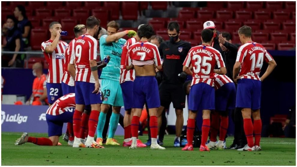 Los jugadores del Atlético de Madrid, durante una pausa de...