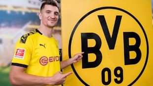 Meunier, posa con la camiseta del Borussia Dortmund