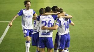 Los jugadores del Real Zaragoza celebran uno de los goles ante el...